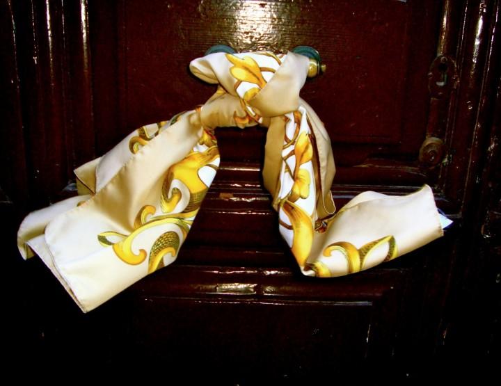 Il foulard, simbolo di eleganza e femminilità