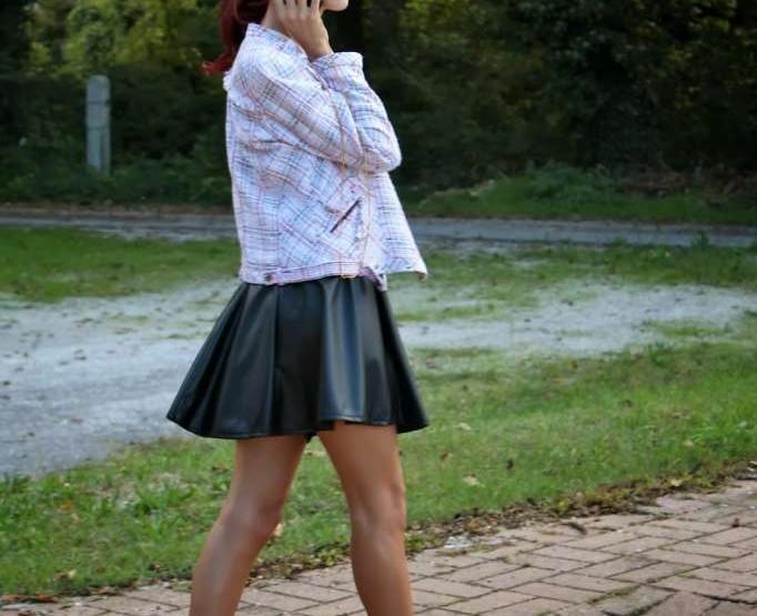 Outfit creato senza borsa ma con una cover davvero particolare, Moschino