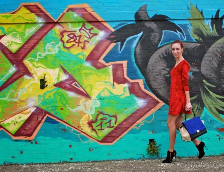 Graffiti e vestito di velluto di seta rosso