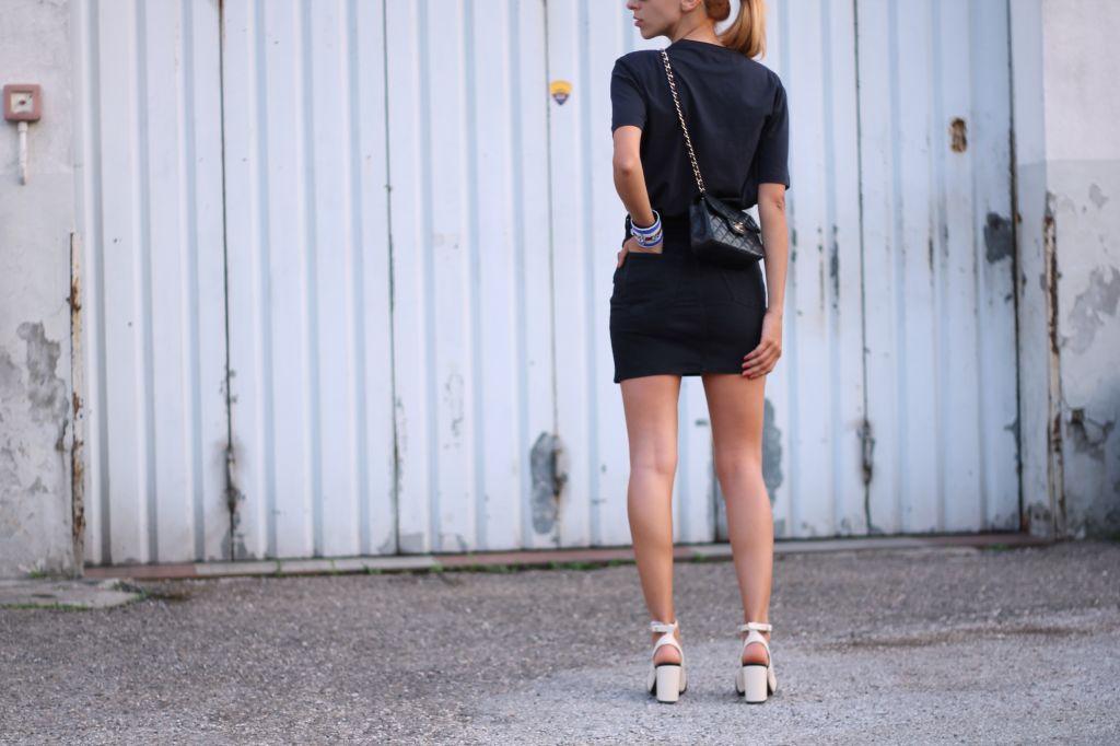 outfit in nero con scarpe bianco e nero