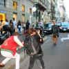 Milano Fashion Week, vestito tubino nero e kimono accessori dorati